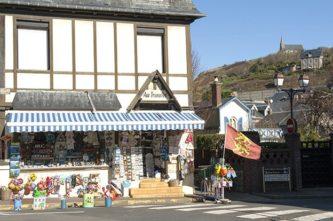 Normandie_etretat_souvenir-shop_credits_hilke-maunder