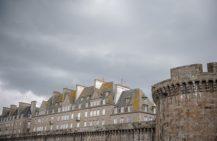 F_Bretagne_Saint Malo_Stadtmauer_Wolken_72_© Hilke Maunder