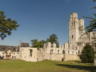 Abteien der Normandie. Jumièges: die Ruine der Anbteikirche. Foto: Hilke Maunder
