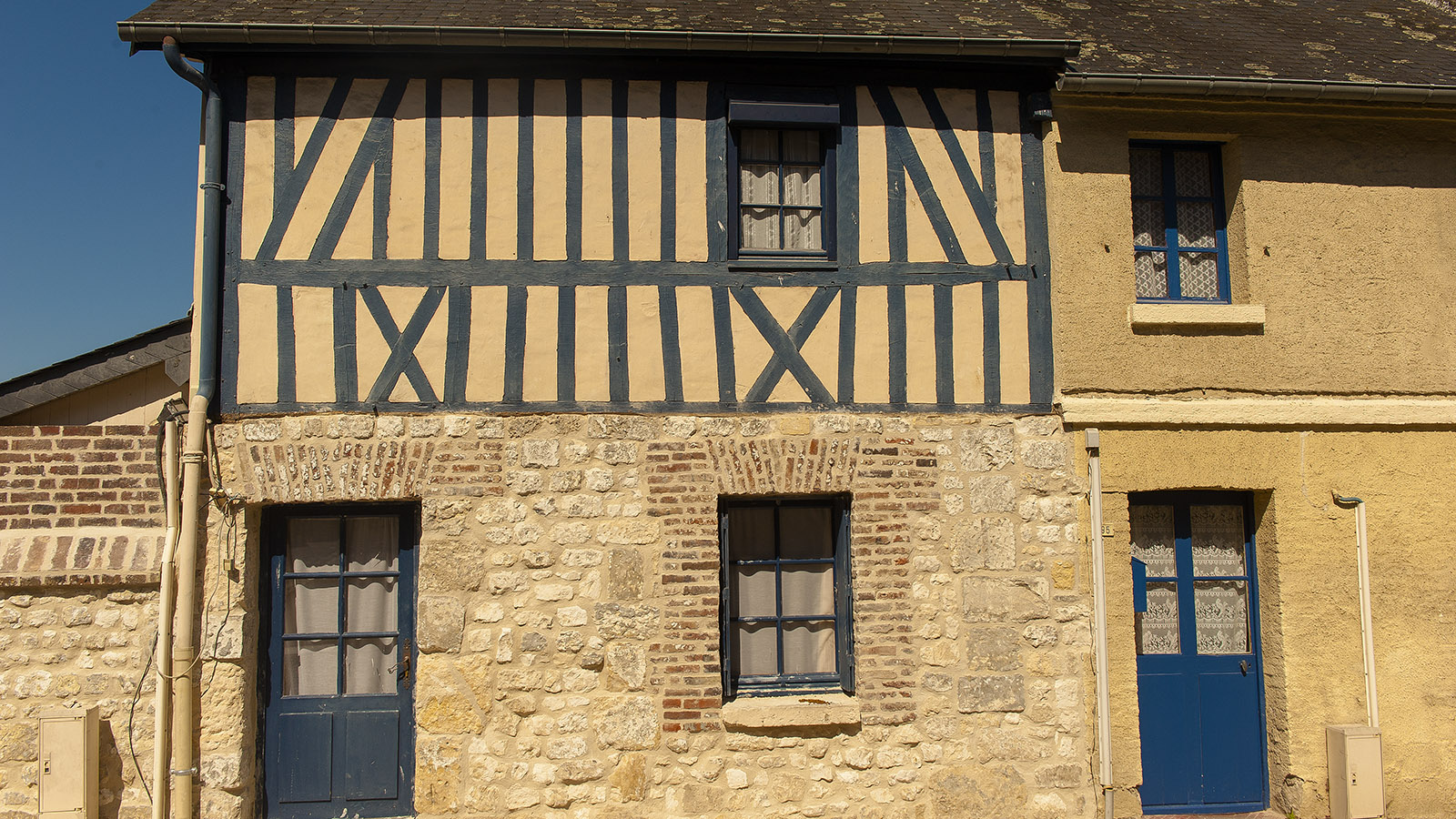 Tradition in Lehm, Ziegel und Fachwerk: dörfliches Haus in Jumièges. Foto: Hilke Maunder