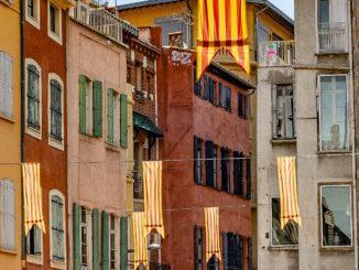 Perpignan schmückt seine Gassen mit dem katalanischen Banner Sang et Or, Blut und Gold. Foto: Hilke Maunder