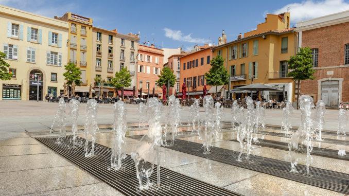 Perpignan: Bodenfontainen kühlen im Sommer die Place de la République – sehr zur Freude der Kinder, die darin umher springen. Foto: Hilke Maunder