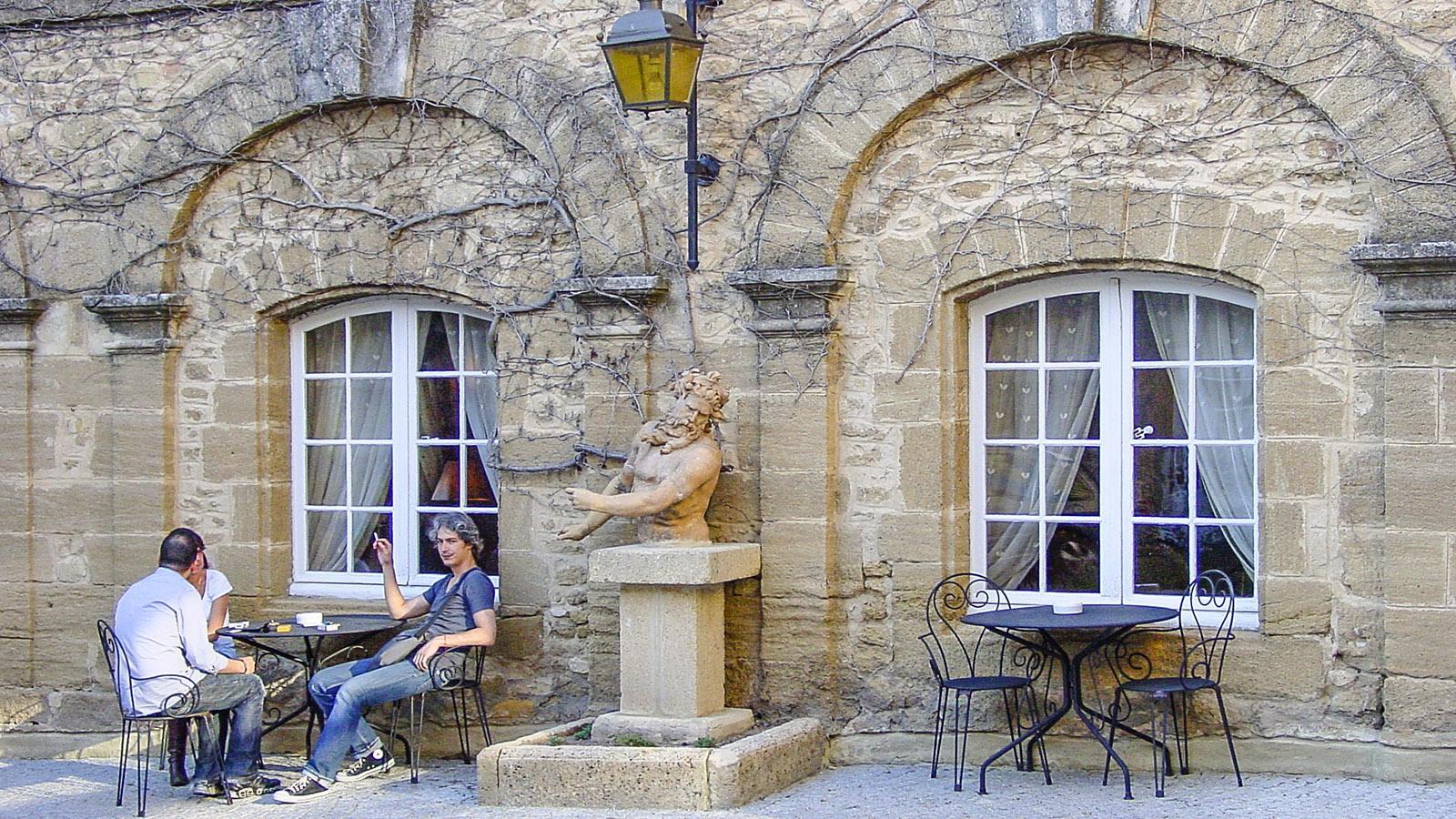 Château de Rochegude: Kaffeepause im Freien. Foto: Hilke Maunder