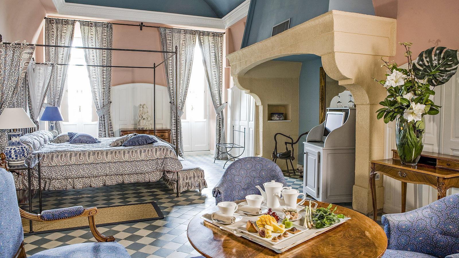 Kamin im Schlafzimmer.des Château de RoChâteau de Rochegude: Schlafzimmer mit Kamin und Himmelbett Foto: Pressebild des Château de Rochegude