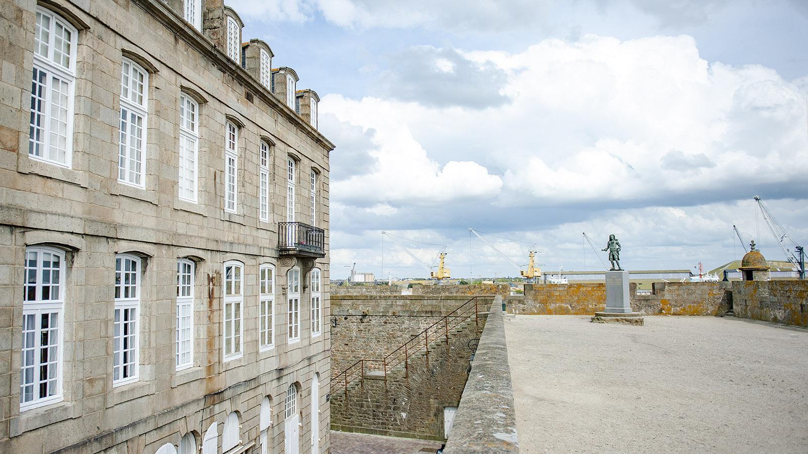 Saint-Malo: Auf der Stadtmauer erinnert eine Statue an den berühmten Korsaren René Duguay-Trouin. Foto: Hilke Maunder
