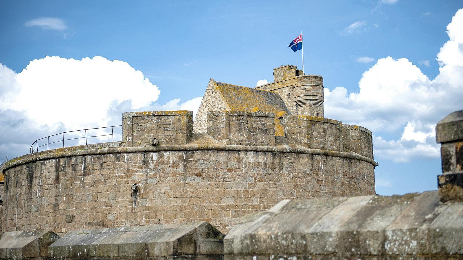 Immer wieder unterbrechen wuchtige Türme die imposante Wehrmauer von Saint-Malo. Foto: Hilke Maunder