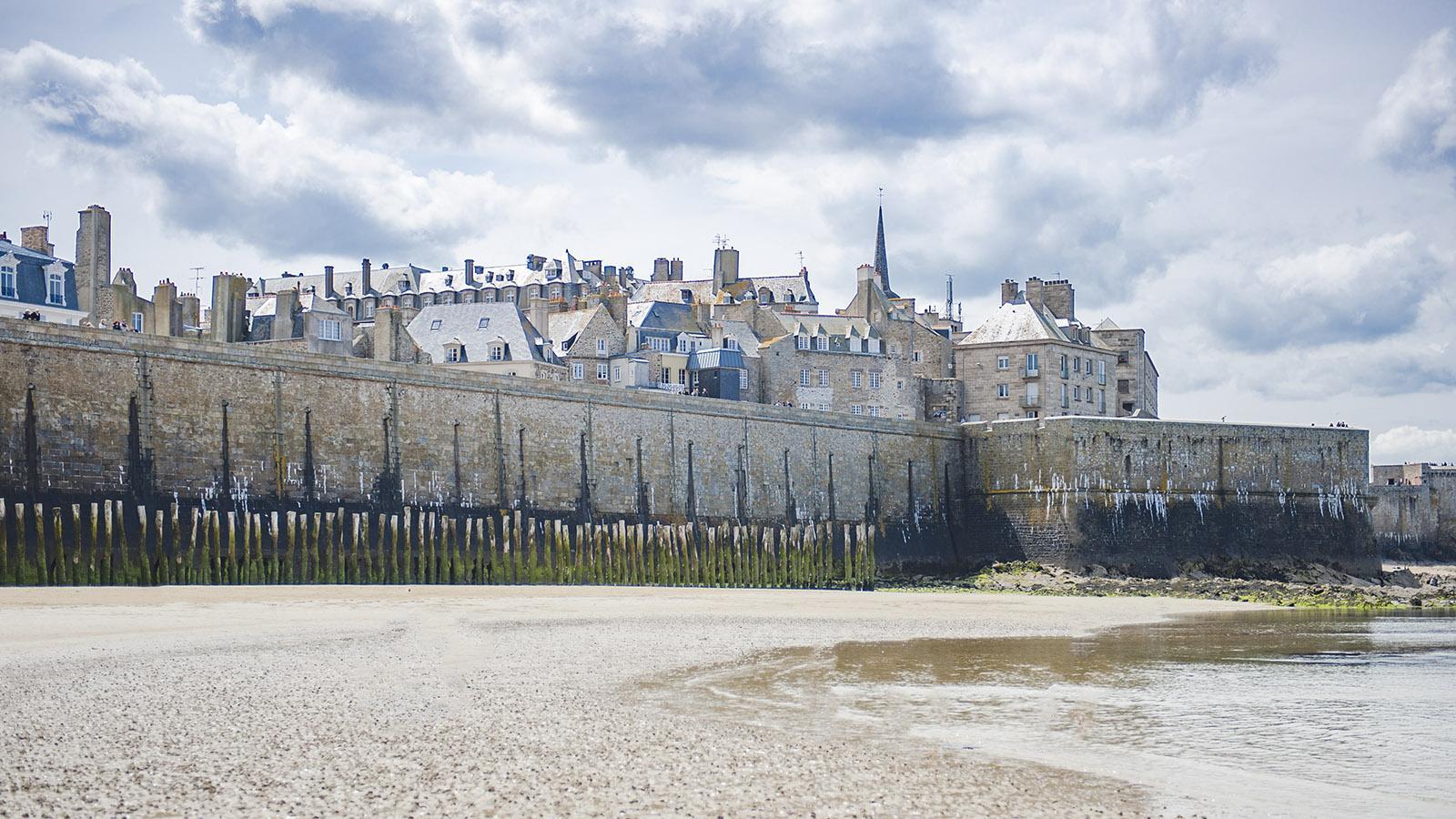 Bllick vom Strand an der Burg auf die <em>ville close</em>. Foto: Hilke Maunder