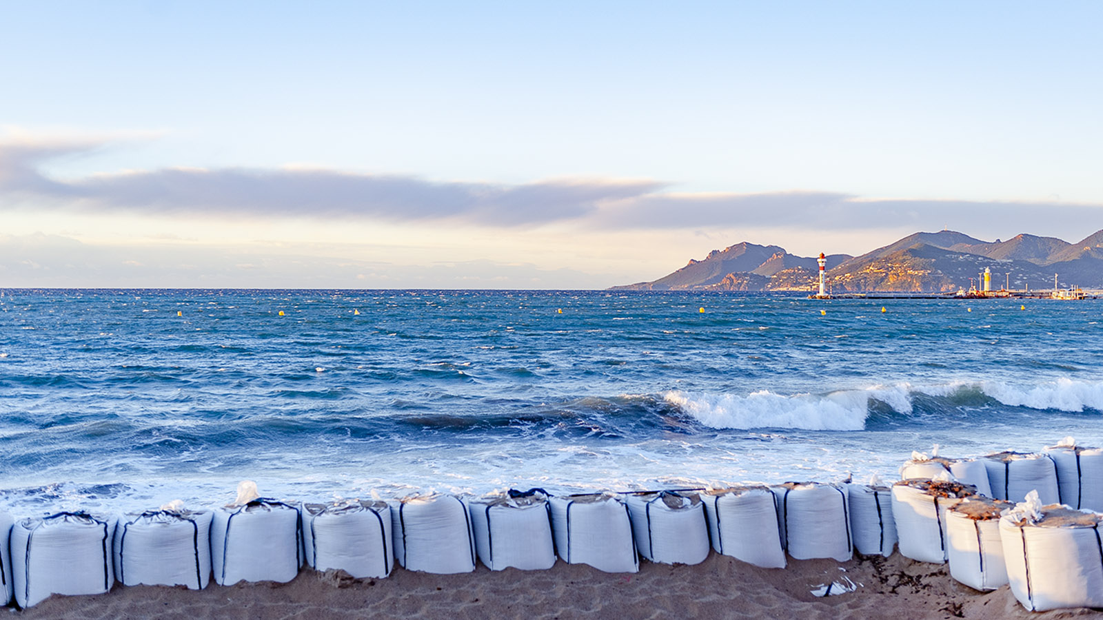 Alle Wetter: Küstenschutz in Cannes. Foto: Hilke Maunder