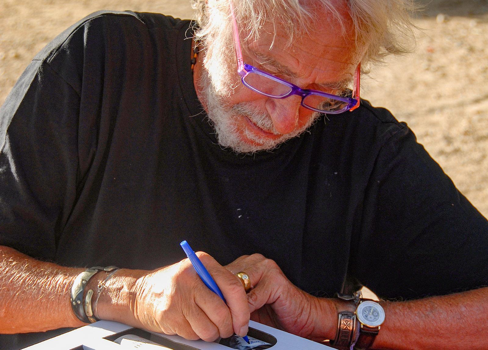 F/Languedoc-Roussillon/Gruissan: Château Bel Évêque, Schauspieler Pierre Richard signiert seine Flaschen. Foto: Hilke Maunder