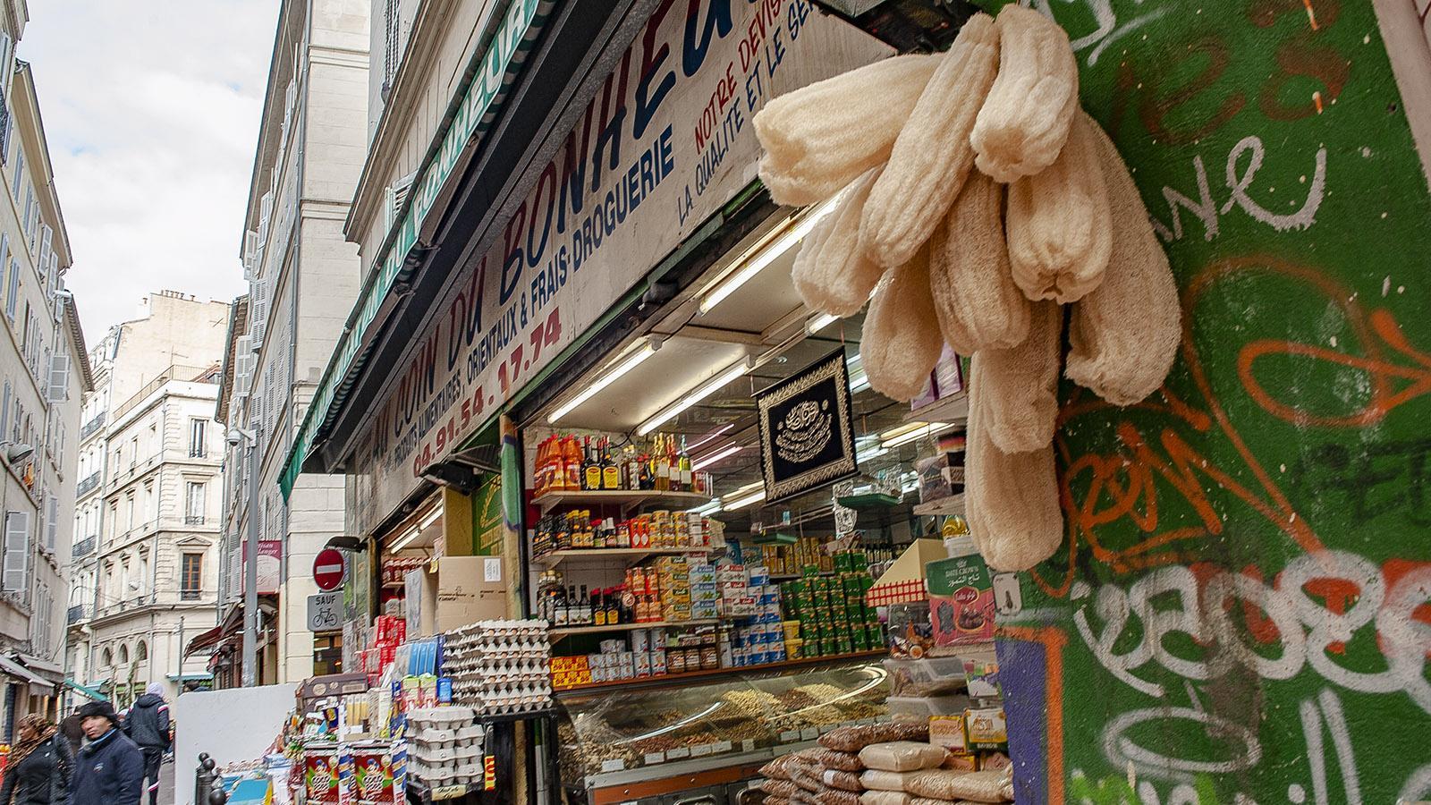 Marseille, Noailles. Auch Luffaschwämme könnt ihr hier kaufen. Foto: Hilke Maunder