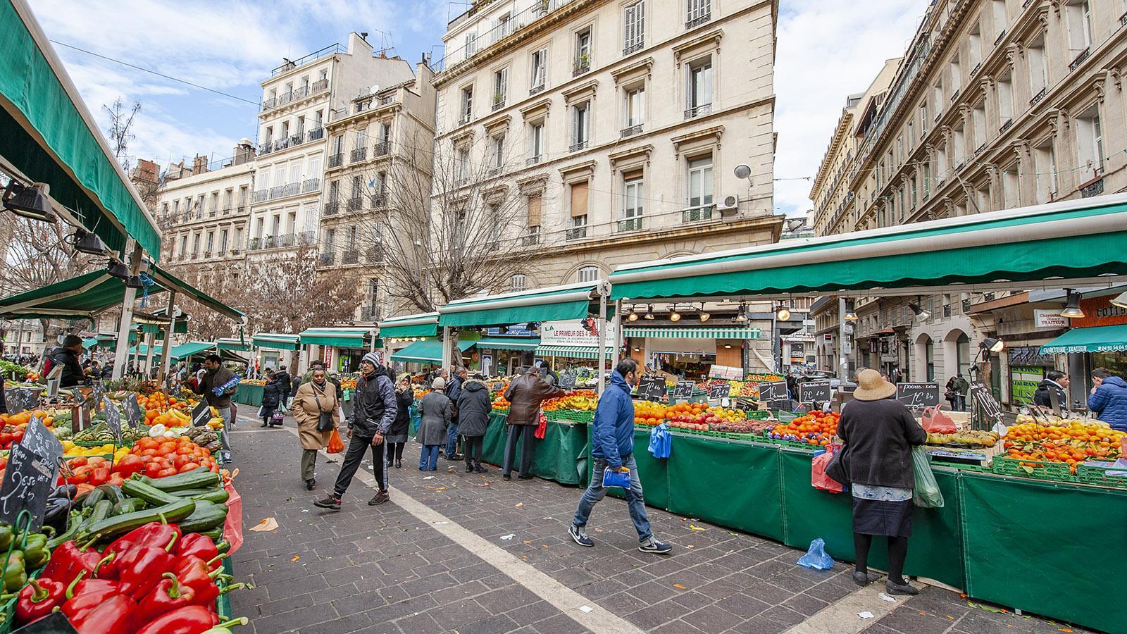 Marseille: Der Markt von Noailles beginnt direkt an der Metro. Foto: Hilke Maunder