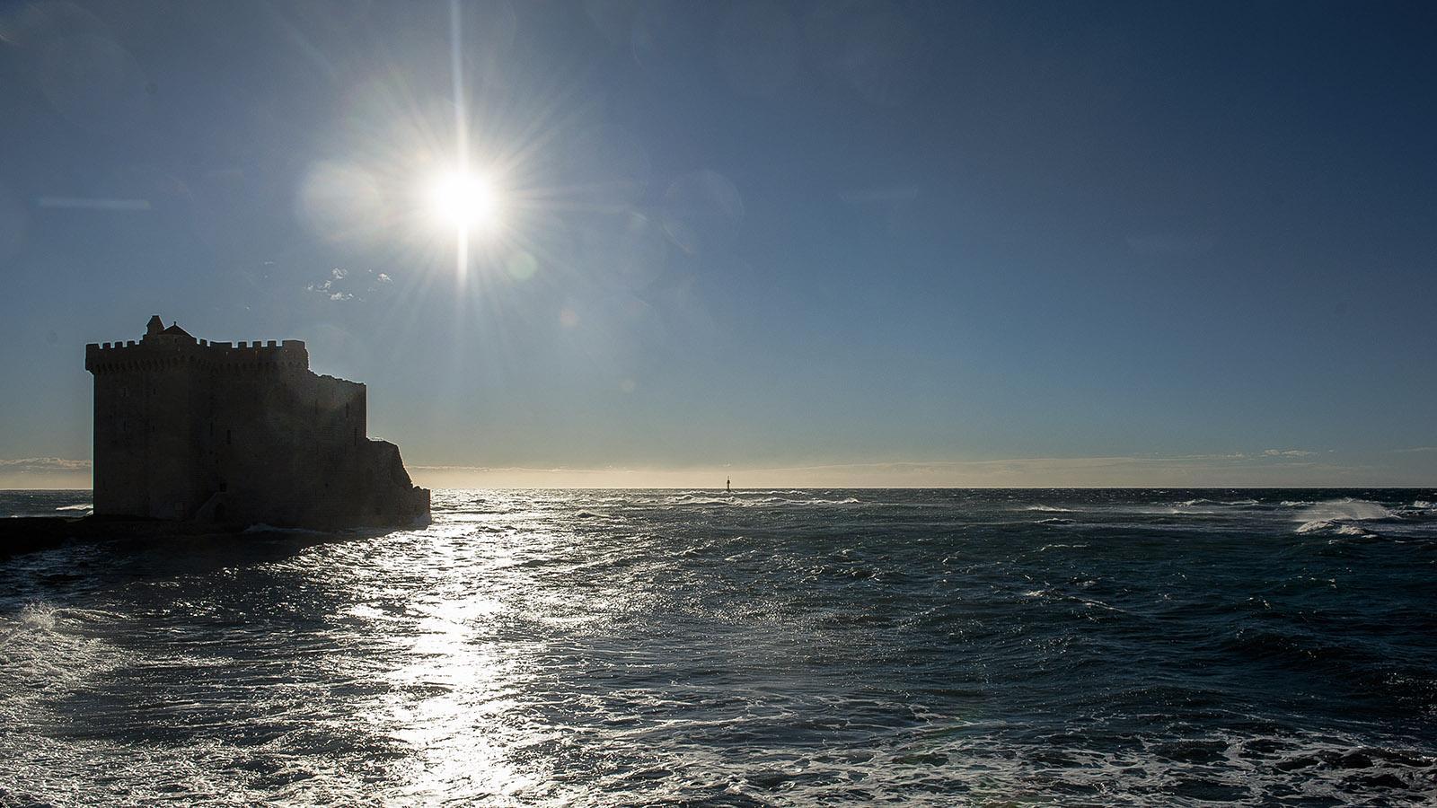 Blick aufs Mittelmeer mit dem Donjon von Saint-Honorat. Foto. Hilke Maunder