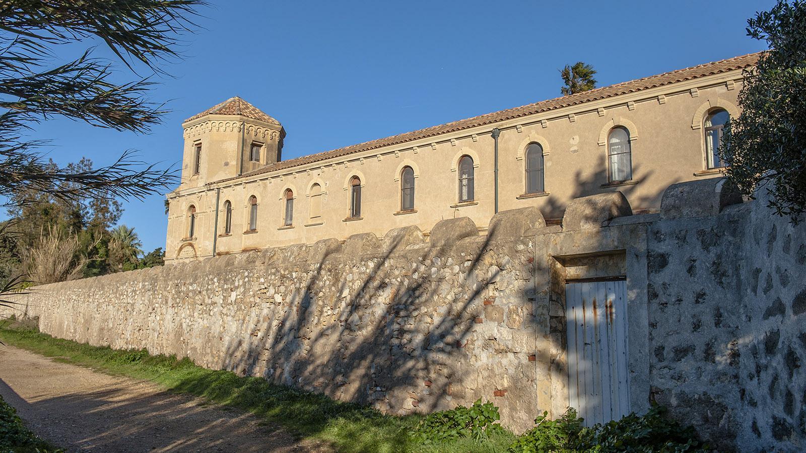 Hohe Mauern schützen das Lérins-Kloster auf Saint-Honorat. Foto: Hilke Maunder