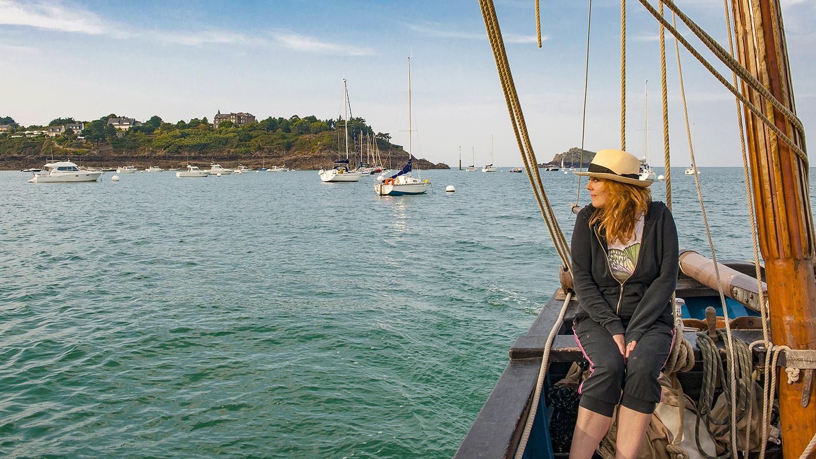 Cuisine Corsaire: Sura, die Freundin von Emmanuel Tessier, blickt auf die Bucht von Cancale. Foto: Maunder