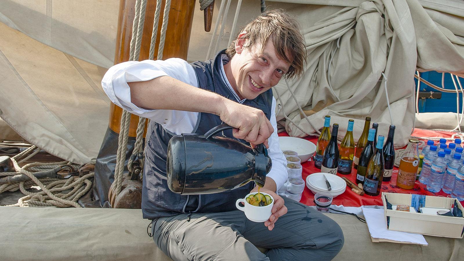 Cuisine Corsaire: Emmanuel bereitet das Muschelcurry vor. Foto: Hilke Maunder