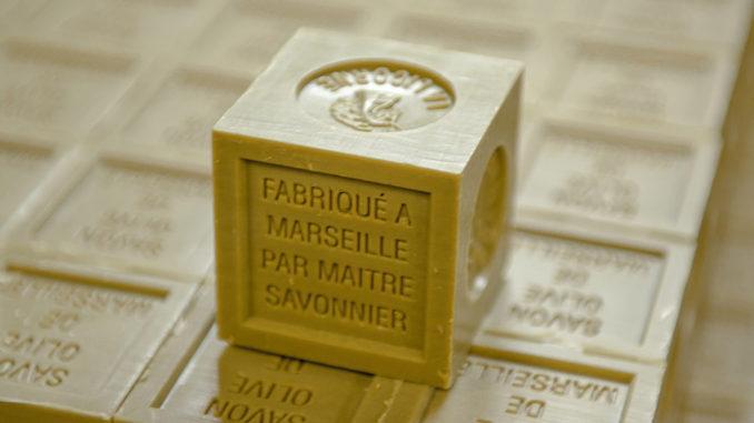 """Savonnerie de Licorne: der traditionelle grüne """"cube"""" der Savon de Marseille. Foto: Hilke Maunder"""