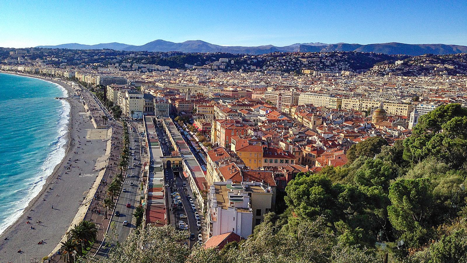 Blick auf die Promenade des Anglais vom Schlossberg in Nizza. Foto: Hilke Maunder