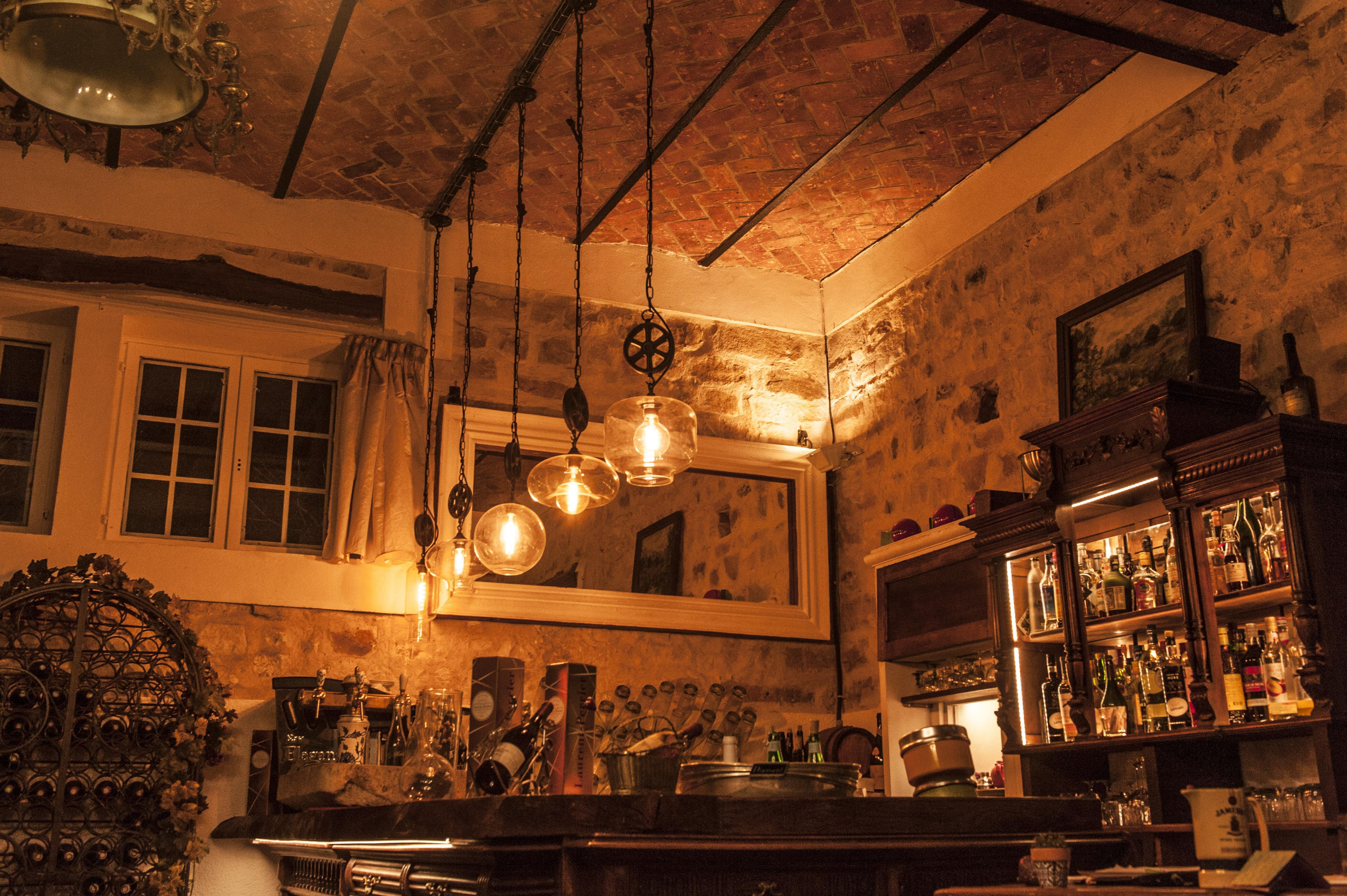 Altes Interieur, topmoderne Leuchten: der Speisesaal von La Marmotte. Foto: Hilke Maunder