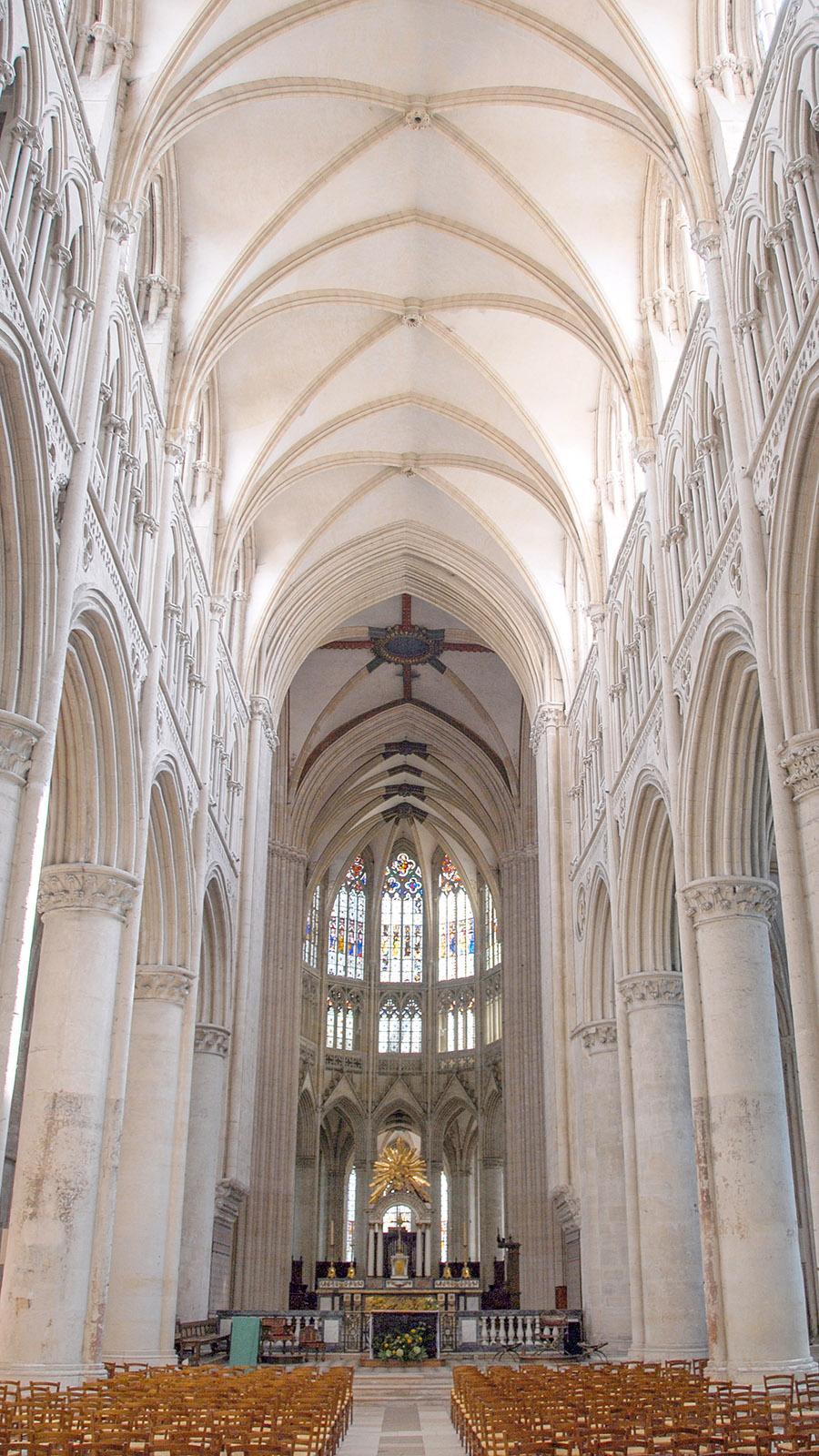 Licht und hell: das Innere der Kathedrale von Sées. Foto: Hilke Maunder