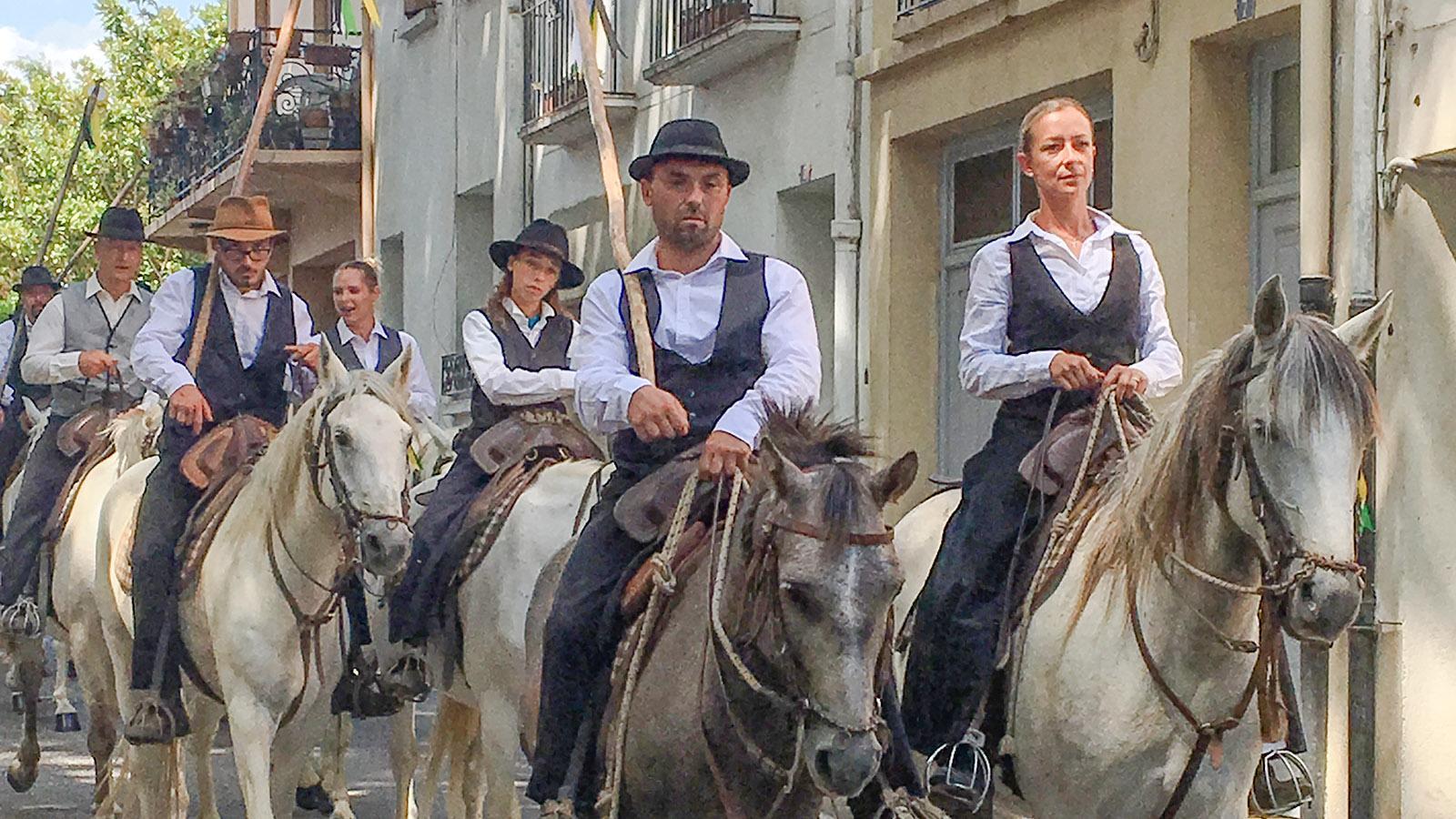 Mit dem Einzug der Reiter und Reiterinnen beginnt in Millas die Feria. Foto: Hilke Maunder