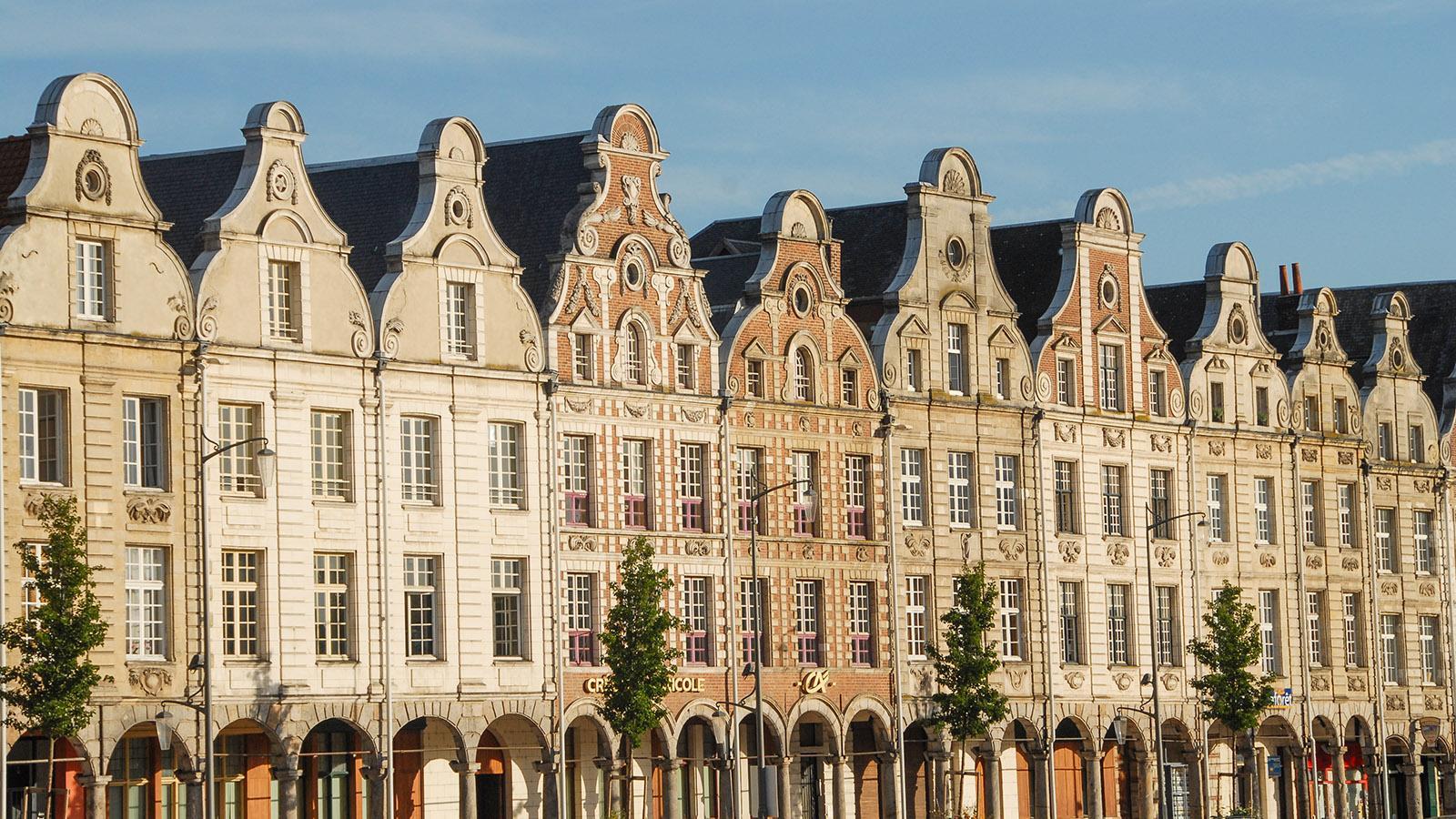 Die Grande Place von Arras ist gesäumt von Giebelhäusern im flämischen Barock. Foto: Hilke Maunder