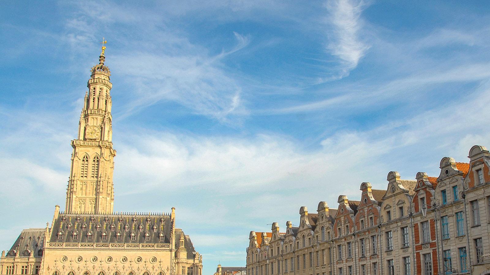 Arras; Die Place des Héros mit ihrem berühmten Belfried. Foto: Hilke Maunder
