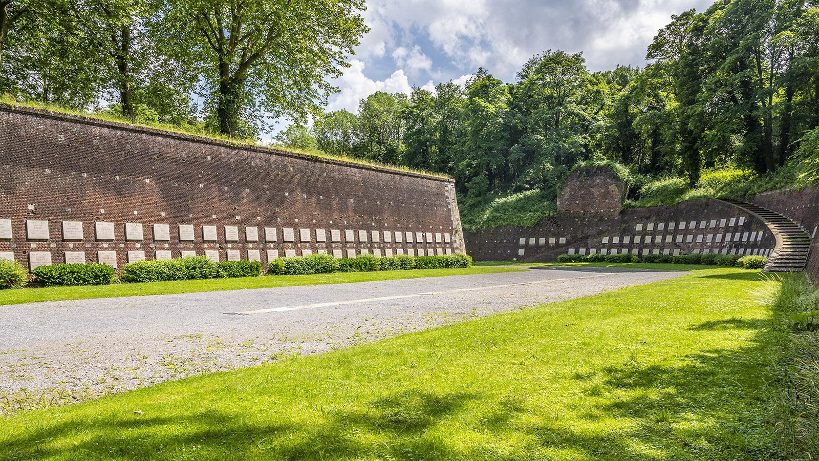 Le Mur des Fusillés: Die Mauer der Erschossenen erinnert an 218 junge Männer, die die Wehrmacht von 1941 - 1944 im Graben der Zitadelle erschoss.. Foto: Hilke Maunder