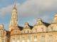Arras: Die Fassaden der Grande Place im flandrischen Barock, über denen sich der Belfried der Place des Héros erhebt.