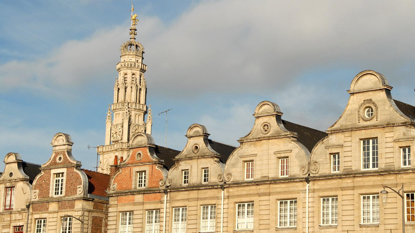 Welterbe in Arras: Die Fassaden der Grande Place im flandrischen Barock, über denen sich der Belfried der Place des Héros erhebt.