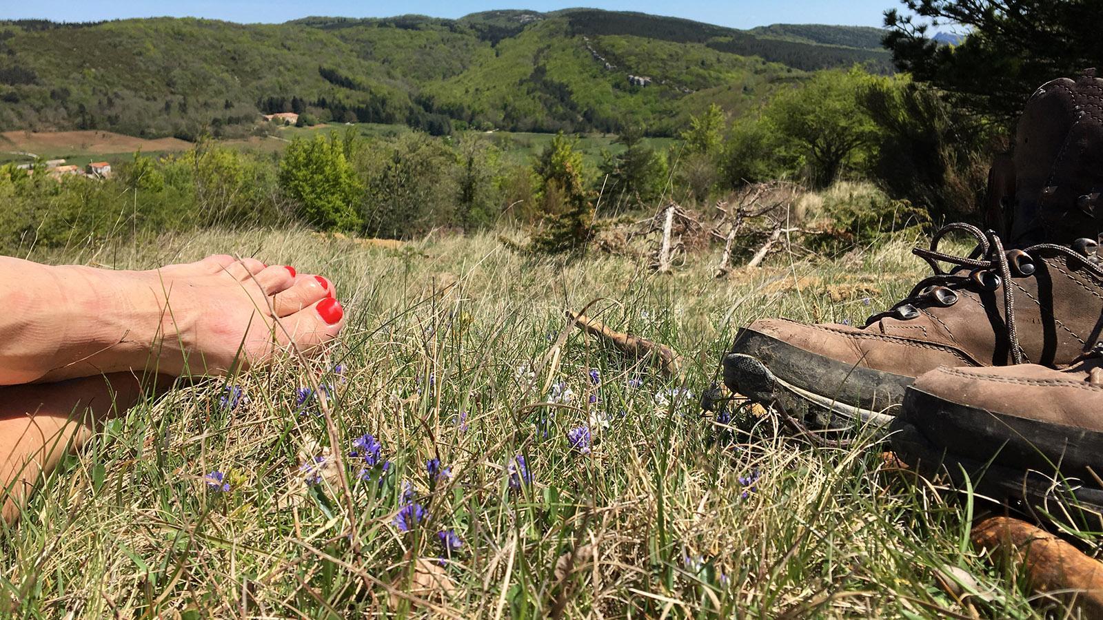 Pech de Bugarach: Nach dem Aufstieg brauchten meine Füße frische Luft... Foto: Hilke Maunder