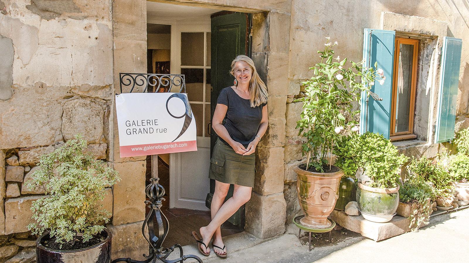 Bugarach: Diane Liljelund und BeBucharach:: Bugarach: Diane Liljelund vor ihrer Galerie. Foto: Hilke Maunder