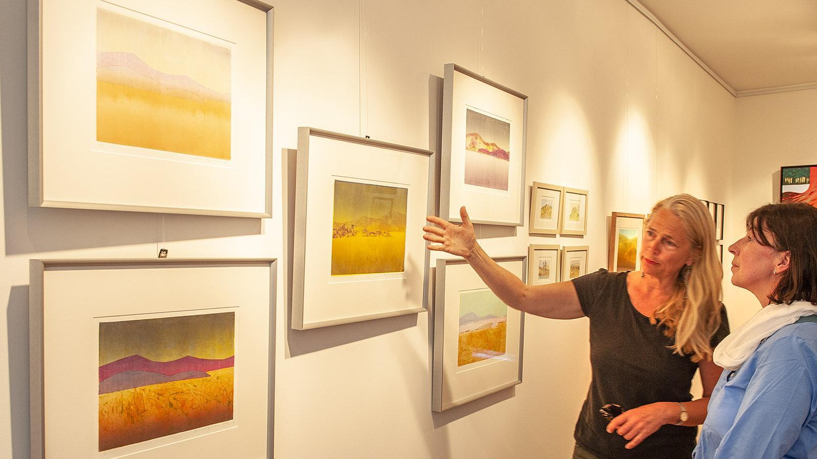 Bugarach: Diane Liljelund und Besucherin in der Galerie. Foto: Hilke Maunder