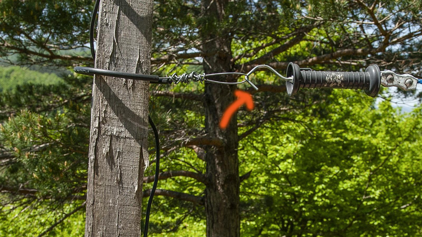 Pech de Bugarach: Öffnet die elektrischen Zäune stets nur am Handgriff! Foto: Hilke Maunder