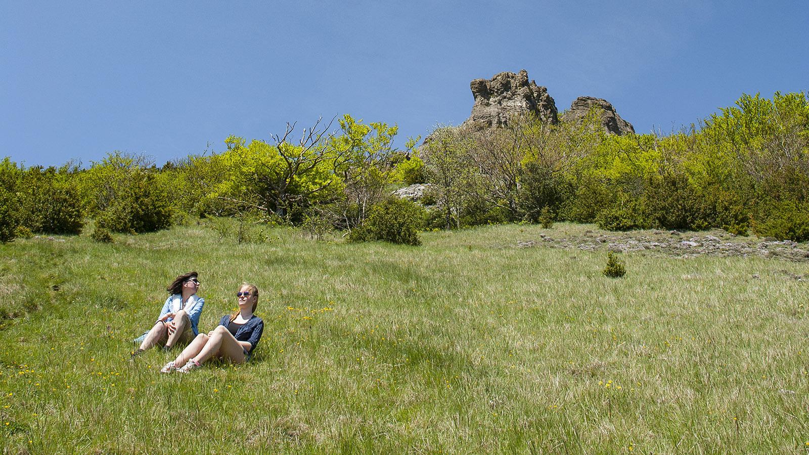 Pech de Bugarach: Verschnaufpause auf der Bergwiese. Foto: Hilke Maunder