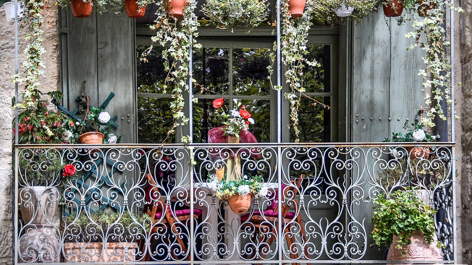Uzès: Balkonpracht an der Place aux Herbes. Foto: Hilke Maunder