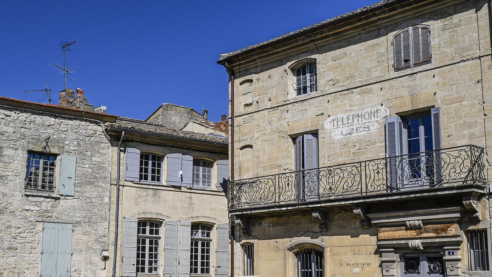 Uzès: Diese schöne Fassade findet ihr gegenüber vom Eingang des Herzogspalastes. Foto: Hilke Maunder