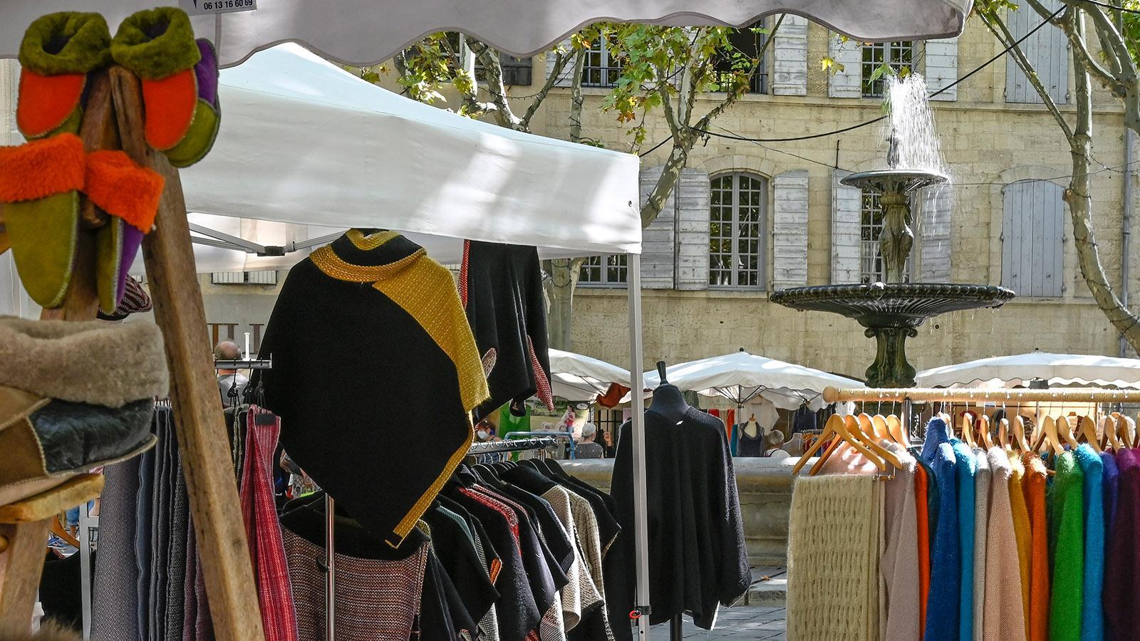 Sonntags verkaufen Kunsthandwerker ihre Produkte - Textiles, Strick und Schmuck dominieren. Foto: Hilke Maunder