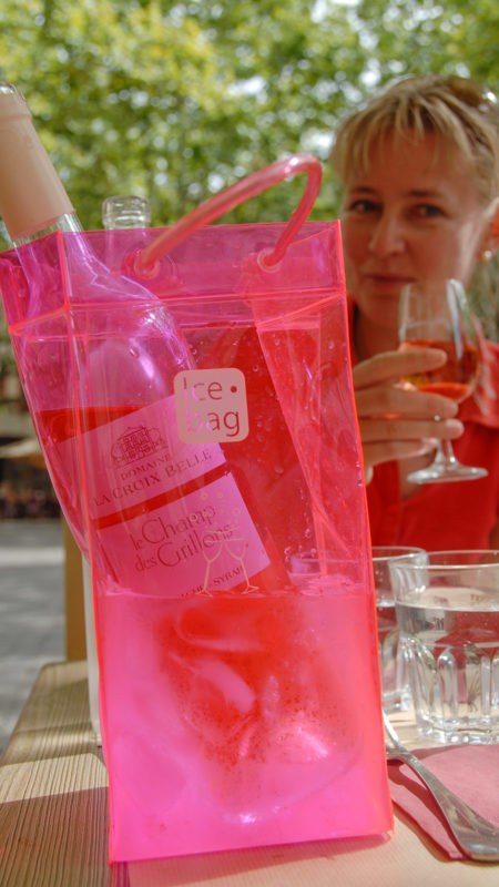 Gut gekühlt: Weinpause auf der Place aux Herbes in Uzès. Foto: Hilke Maunder
