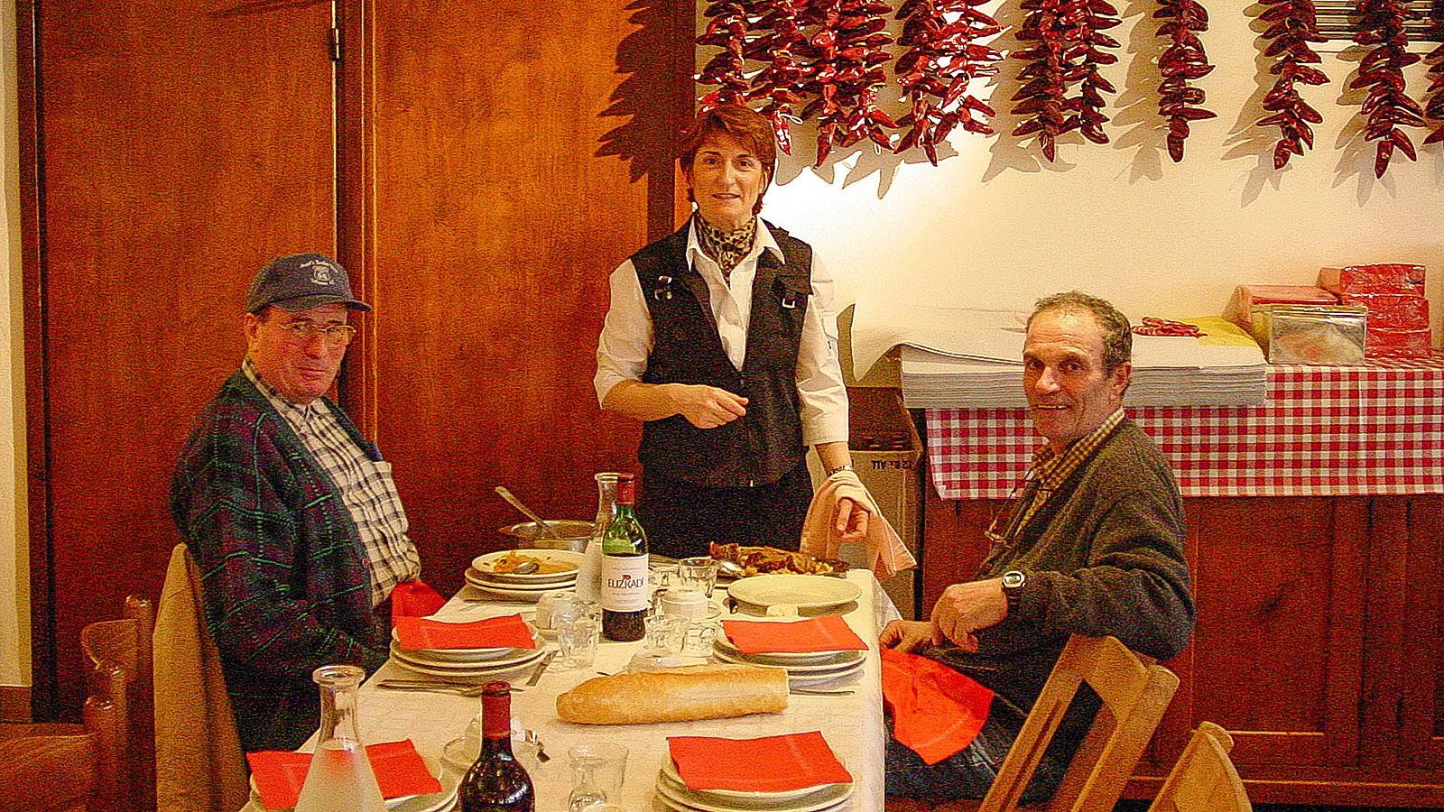 Espelette: Hotel Euzkadi, Speisesaal mit Gästen und Bedienung.
