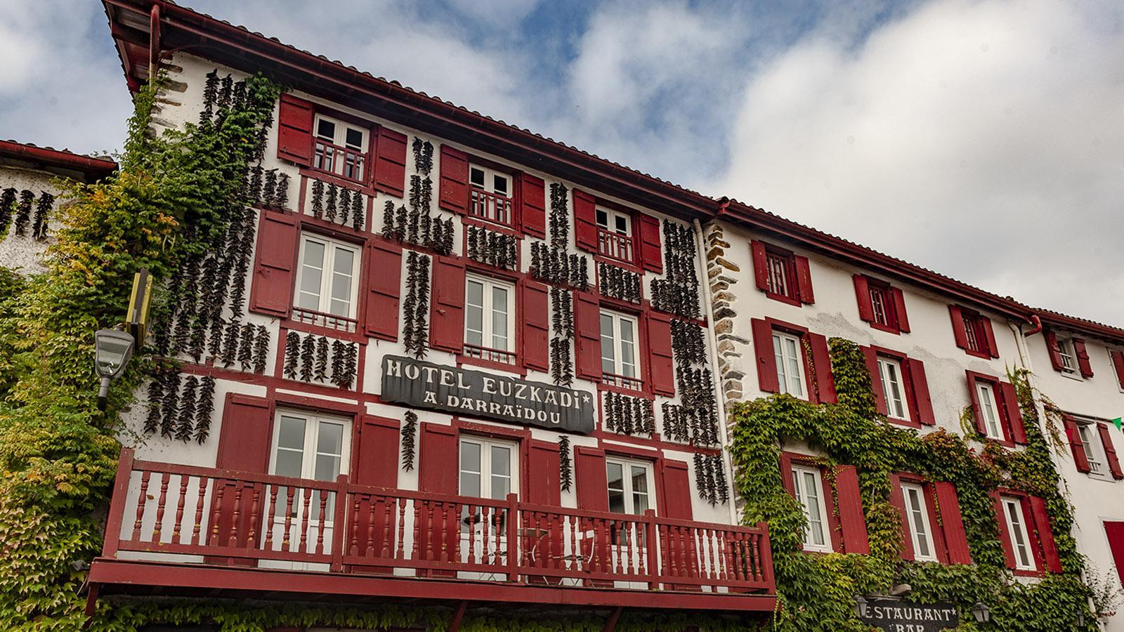 Auch das Hôtel Euzkadi ist mit Piment d'Espelette geschmückt. Foto: Hilke Maunder