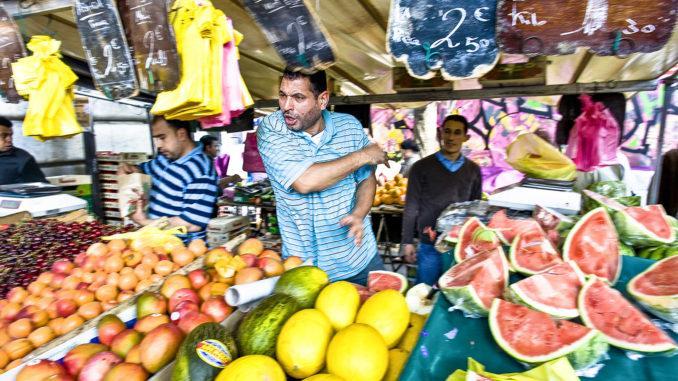 Goutte d'Or: Ein Marktschreier vom Barbès-Markt. Foto: Hilke Maunder
