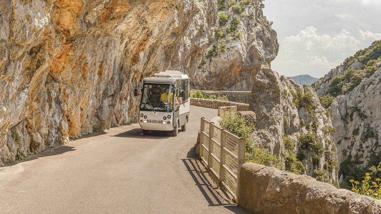 Gorges de Galamus: Im Sommer pendelt ein Elektrobus durch die Schlucht. Foto: Hilke Maunder