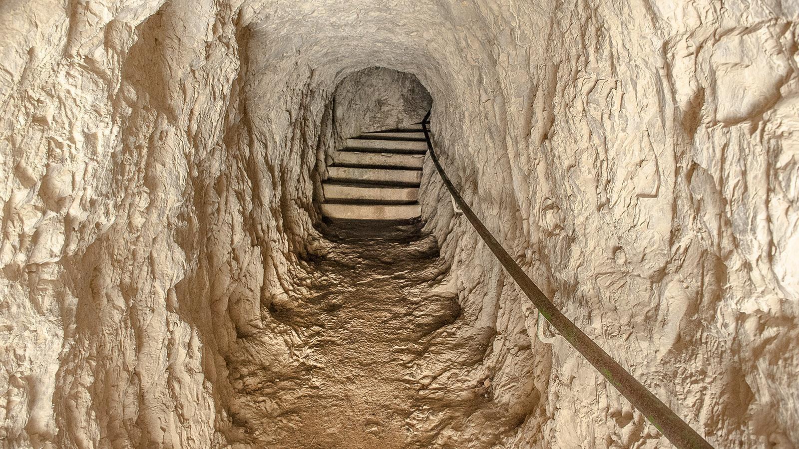 Gorges de Galamus: Durch diesen Tunnel kommt ihr von der Einsiedelei wieder zurück zur Straße. Foto: Hilke Maunder