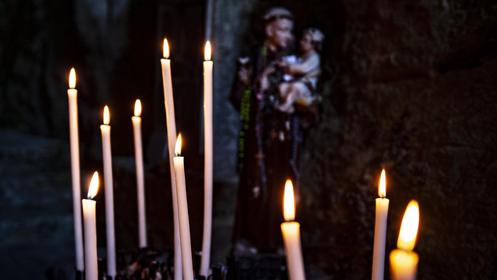 Gorges de Galamus: Kerzen für Saint-Antoine. Foto: Hilke Maunder
