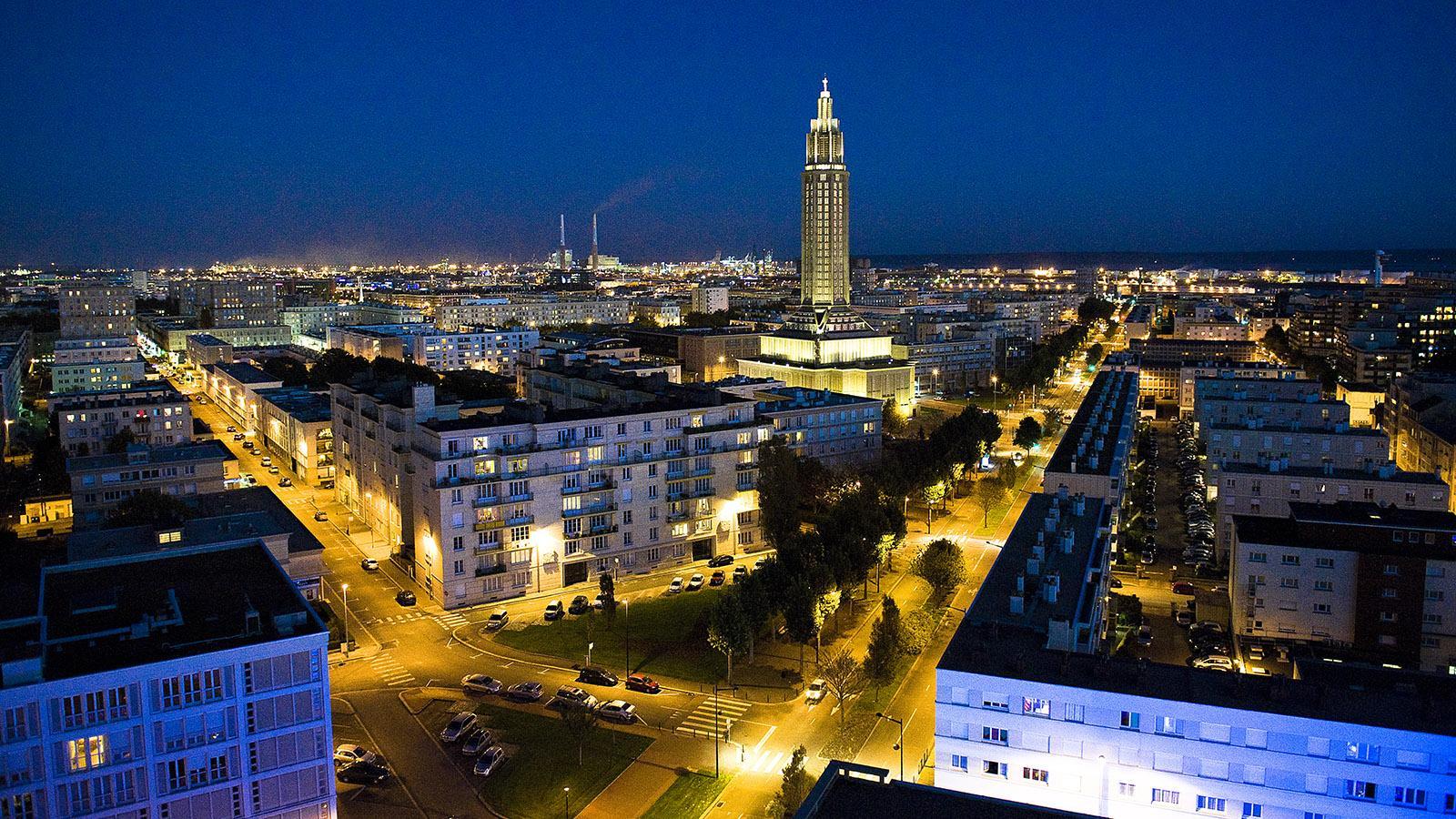 Auch nachts ein Hingucker: die Église Saint-Joseph von Le Havre. Foto: Hilke Maunder
