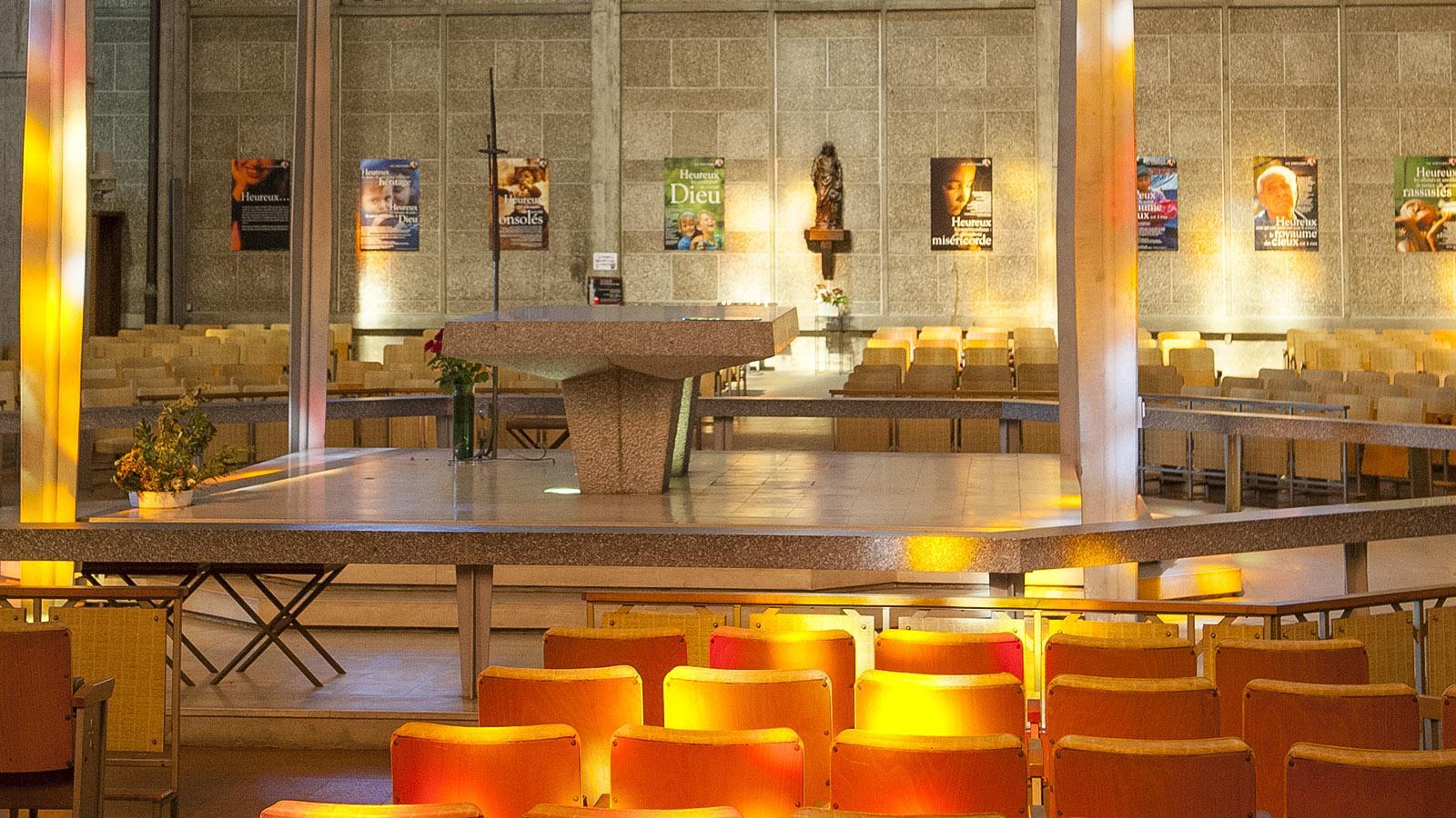 Église Saint-Joseph, Le Havre: Kirchenraum mit Altar. Foto: Hilke Maunder