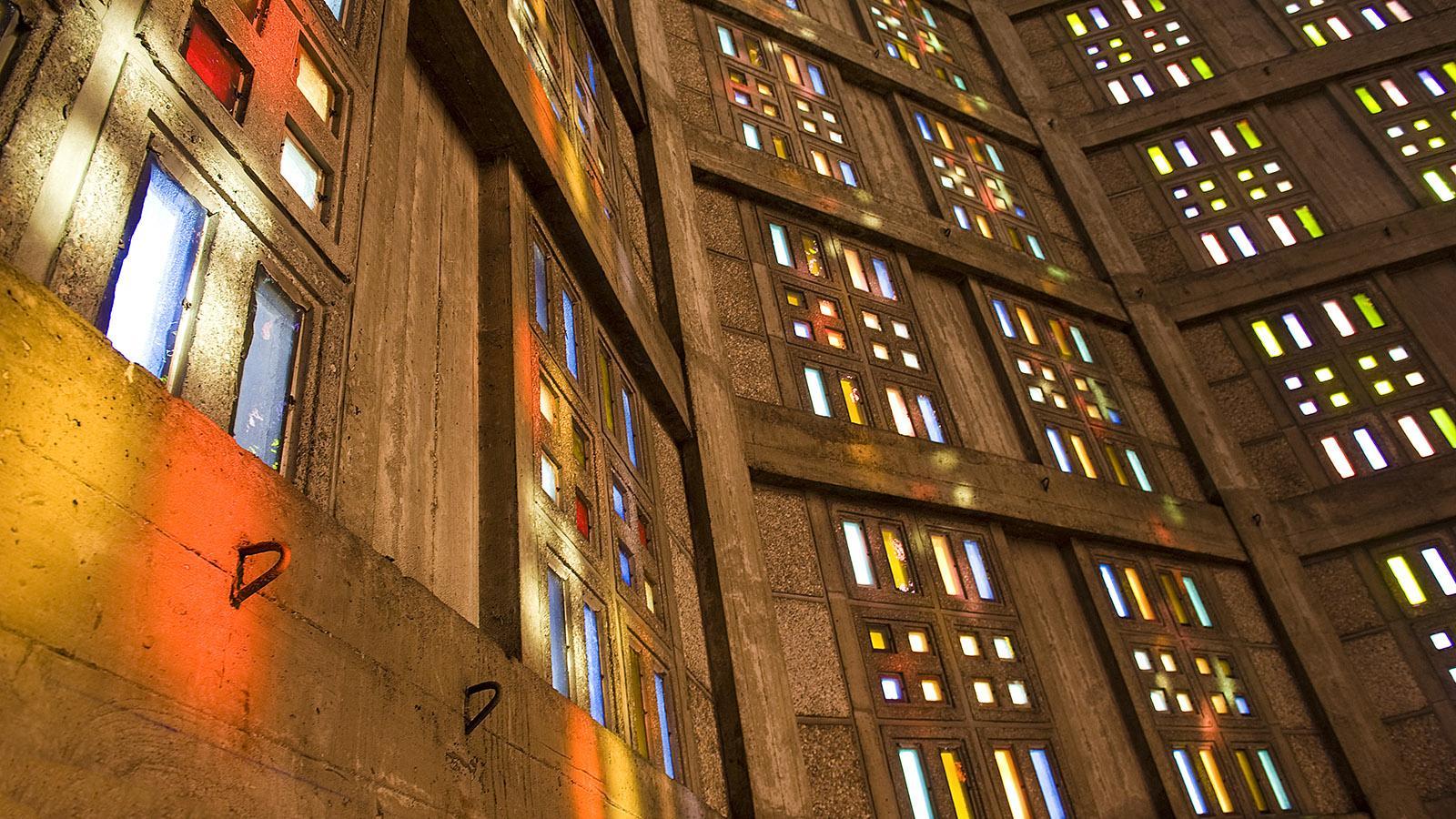Église Saint Joseph von Le Havre: Glasfenster in sieben Tönen lassen das Licht auf dem Beton farbig tanzen.