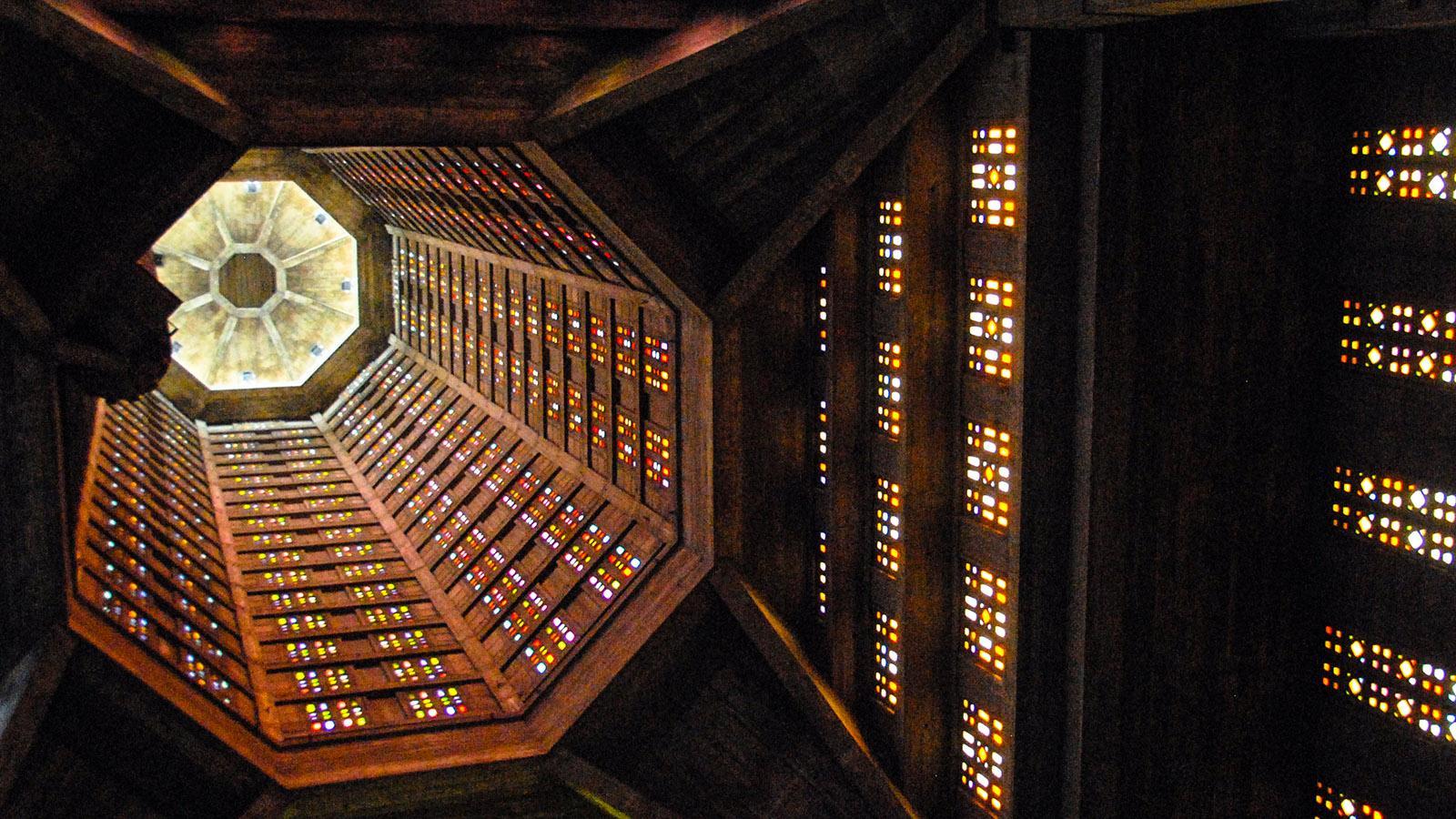 Église Saint Joseph, Le Havre. Blick in den hohen Turm mit seinen Glasfenstern. Foto: Hilke Maunder