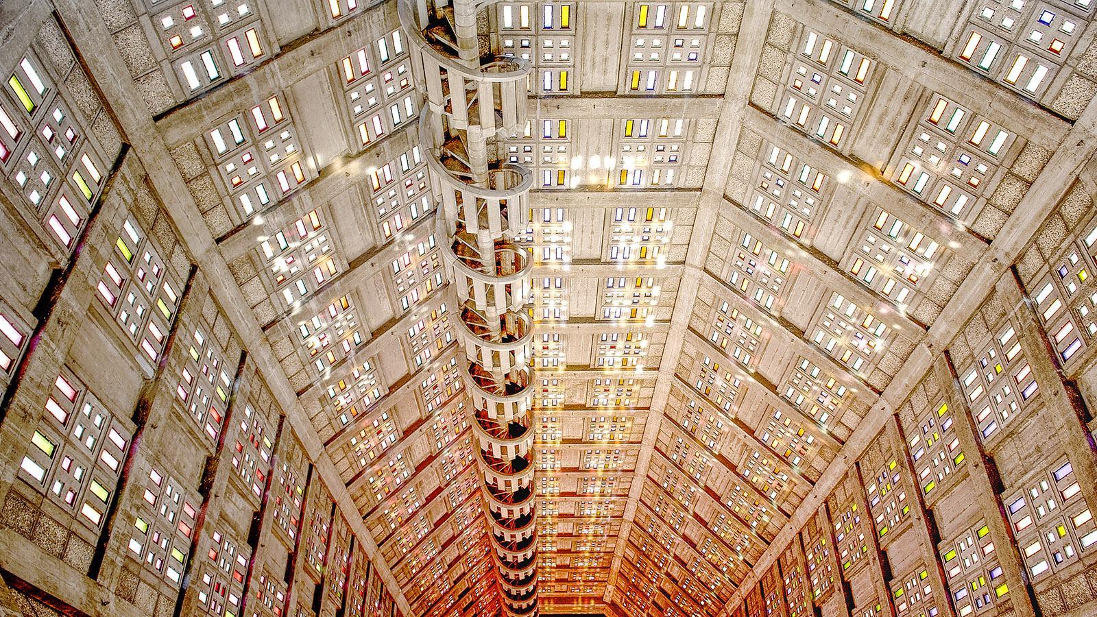 Église Saint-Joseph, Le Havre: An der Turmwand klebt die Wendeltreppe - was für eine Architektur! Foto: Hilke Maunder