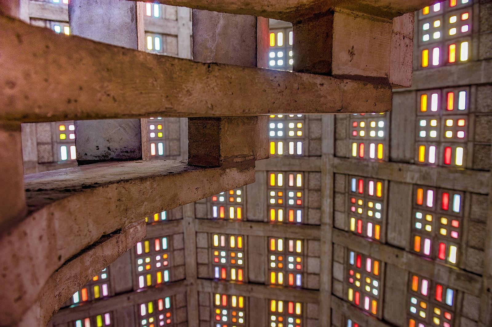 Église Saint Joseph von Le Havre: Von der offenen Wendeltreppe zum Turm eröffnen sich immer wieder neue Ausblicke auf das Farbenspiel der Glasfenster. Foto: Hilke Maunder